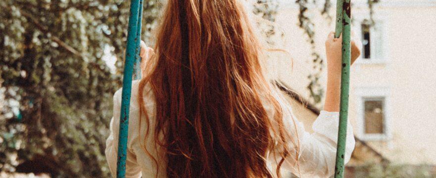 ensam flicka som gungar